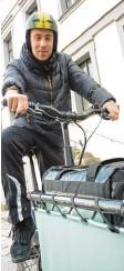 ?? Foto: Michael Kerler ?? Mit ihren Rädern flitzen Lieferdienst‰ fahrer durch Augsburg. Maximilian Rank, 25, erklärt, was ihm an seiner Ar‰ beit gefällt.