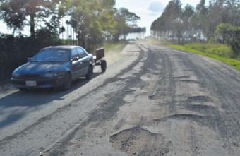 ??  ?? El tramo no tiene banquinas y los conductores deben hacer malabares para evitar baches, dicen.