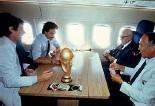 ??  ?? In volo La partita a carte dopo la vittoria dell'82