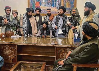 ?? Foto: ČTK ?? Šok Bojovníci Tálibánu obsadili pracovnu uprchlého afghánského prezidenta Ghaního.