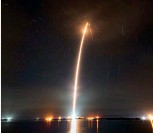 ??  ?? Right: A longexposure image showing one of SpaceX's launches