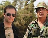 ??  ?? Martial Benjamin Blanchard, DG de SOS Chrétiens d'Orient (à g.), au côté de Simon al-Wakil, général d'une milice chrétienne (à dr.), en mars 2018. Ostensible En 2016, Sofia el-Hajj, chef de mission de SOS-CO en Syrie, s'affiche, kalachnikov en bandoulière.