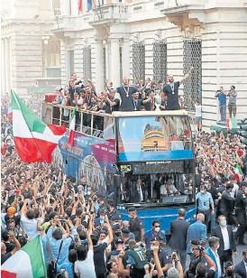 ?? Getty images ?? Aglomeraciones en Roma durante los festejos de la Euro