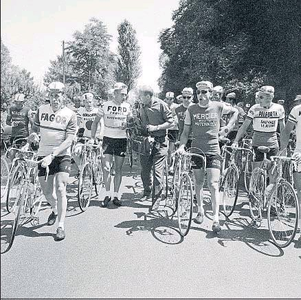 ?? AFP / ARCHIVO ?? Jacques Anquetil habla con un periodista mientras los corredores del Tour boicotean la etapa