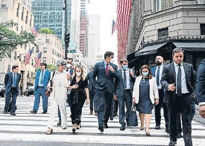 ??  ?? Pedro Sánchez, ayer junto a su equipo en las calles de Nueva York