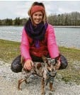 ??  ?? Anna Donderer geht Gassi mit Hund Sparky am Kuhsee.