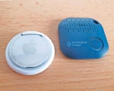 ?? FOTO: MA ?? Apples kleine Bluetooth-Finder (links) machen vieles richtig, sind aber teuer. Der Wettbewerber (rechts) kommt ganz ohne Datenweitergabe aus.