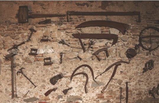 ?? IMAGES © SHUTTERSTOCK ?? BELOW Vintage iron tools hanging on an old wall