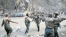 ??  ?? 中国军队(前)与印度军队(右)进行对峙,气氛紧张。(法新社照片)