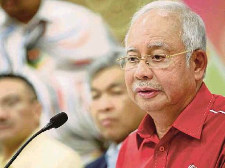 ?? PIC BY AIZUDDIN SAAD ?? Prime Minister Datuk Seri Najib Razak speaking after chairing the Umno Supreme Council meeting in Kuala Lumpur yesterday.