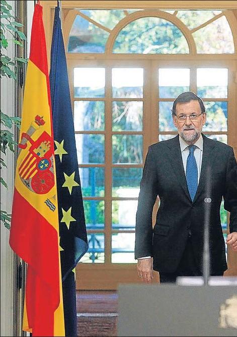 ??  ?? El presidente Rajoy entra en el salón de Tapices del Palacio de la Moncloa para hacer balance del año
