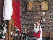?? FRANCOIS MORI / THE ASSOCIATED PRESS ?? Catholic worshipper prays to pay tribute to Fr. Jacques Hamel on Friday.