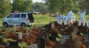 ?? IMAM HUSEIN/JAWA POS ?? MASIH TINGGI: Petugas memakamkan jenazah pasien terkonfirmasi Covid-19 di TPU Pedurenan, Bekasi, Jawa Barat.
