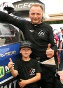 ??  ?? Laurent Bouliou, ici avec son fils Esteban, court à domicile sur le circuit de Kerlabo.