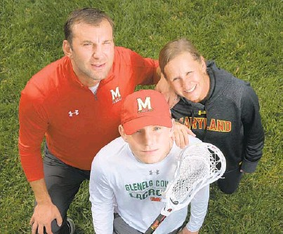 ?? KARL MERTON FERRON/THE BALTIMORE SUN ?? Brian and Cathy Reese flank their son Riley, who plans to play lacrosse at Maryland.