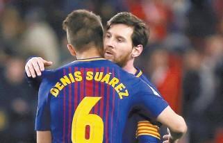 ?? Reuters-Yonhap ?? Barcelona's Lionel Messi hugs Denis Suarez after the match Sevilla vs Barcelona at the Sanchez Pizjuan stadium, in Seville, Spain, Saturday.