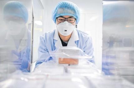 ?? EFE ?? Tanto en EE. UU. como en China se activaron equipos de científicos para trabajar de manera acelerada en la obtención de la vacuna.