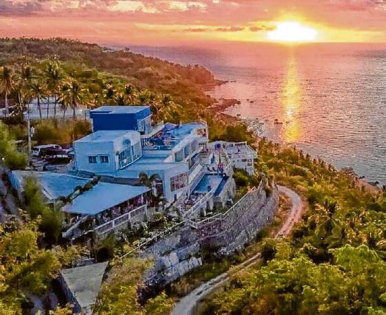 ??  ?? Casa Amara, in San Juan, Batangas, was named after the Sanskrit word for love.
