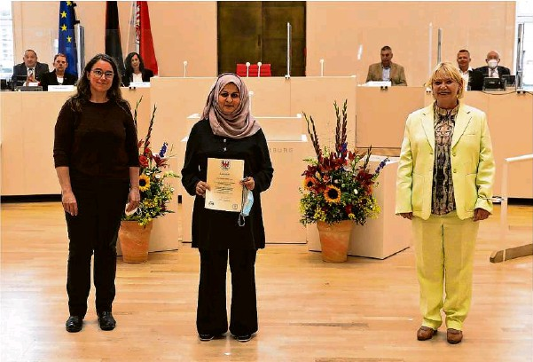 ??  ?? Spd-landtagsabgeordnete Elske Hildebrandt (links) machte sich dafür stark, dass die Strausbergerin Mona Abdelkarim (Mitte) von Landtagspräsidentin Ulrike Liedtke (rechts) für ihre Verdienste um das Gemeinwesen mit der Medaille des Landtages geehrt wurde.