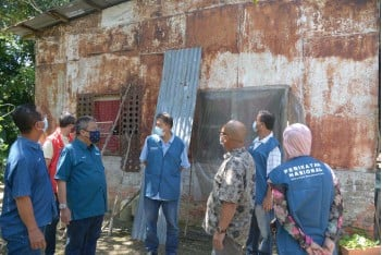 ??  ?? Suhaili (third from left) inspecting one of the seven dilapidated houses in Labuan on Saturday.