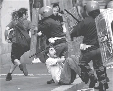 ?? TONY GENTILE, REUTERS ?? Protesters clash with anti-riot police during a demonstration in Rome yesterday against U.S. President George W. Bush's visit in which he met with Pope Benedict. Mr. Bush said of his meeting with the pontiff: 'I was talking to a very smart, loving man....