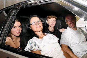 ??  ?? Agustina, Jessica, Thomas, Guillermo Mastrangelo posan felices abordo de su Renault.