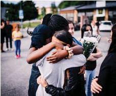 ?? FOTO: SACHARIAS KÄLLDÉN ?? VÄNNERNA. Alicia, Jainaba, Valentina och Selin var med på måndagens minnesstund för att hedra minnet av sin vän.