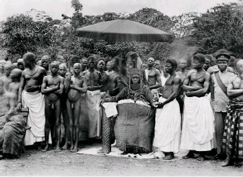 ??  ?? Regalia restored Oba Eweka II, pictured c1920 surrounded by his subjects. Having succeeded Oba Ovonramwen in 1914, Eweka was presented with the royal coral regalia that had been seized by the British in 1897