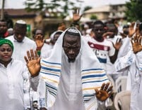 ?? (Marco Longari/AFP/Getty Images) ?? IGBO JEWS celebrate Shabbat in 2017. Three dual-Israeli filmmakers have become caught up in a separatist movement led by a Jewish activist.