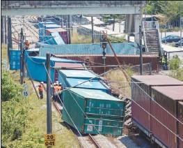 ??  ?? 一輛貨運火車週六早晨在莎阿南峇都知甲站附近脫軌,導致2條軌道受阻,相關路段的列車服務亦暫停運作。
