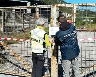 ??  ?? Il blitz I carabinieri del Noe insieme ai forestali mettono i sigilli all'impianto della Bianchi srl di Isera