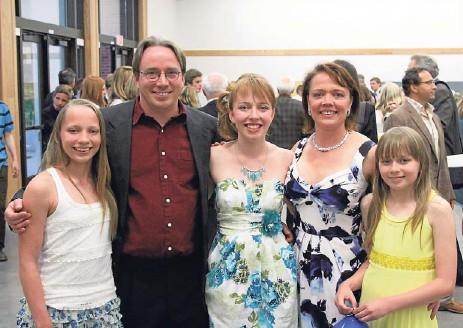 ?? FAMILJEALBUM ?? I SKOLANS VÄRLD. Familjen Torvalds på skolavslutning i Oregon. Fr.v Daniela, Linus, Patricia, Tove och Celeste.
