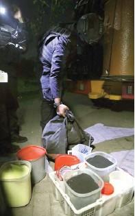 ?? DITE SURENDRA/JAWA POS ?? BARANG BUKTI: Petugas menyita adonan bahan peledak di rumah Anton.