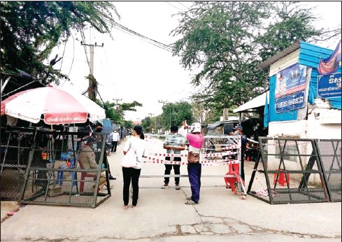 ?? POLICE ?? Officers stand guard at a locked down area in Choam Chao commune in Phnom Penh's Por Sen Chey district.