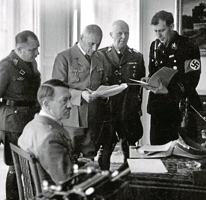 """?? FOTO ČTK ?? """"To je největší den mého života. Vstoupil jsem do historie jako největší Němec.""""(Hitler na Pražském hradě, 16. 3. 1939) Před osmdesáti lety, 16. března 1939, dokončil Hitler likvidaci Československa a v Praze vyhlásil Protektorát Čechy a Morava. Ve stejnou dobu se o 1668 kilometrů východněji, i pod vlivem pražských událostí, rozhodovalo."""