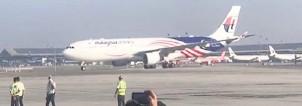 ?? — Gambar Bernama ?? TIBA: Pesawat Airbus 330-300 dengan hiasan Jalur Gemilang yang membawa envirotainer mengandungi vaksin COVID-19 mendarat pada kira-kira 9 pagi di Lapangan Terbang Antarabangsa Kuala Lumpur (KLIA).
