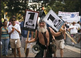 ?? JEFF WHEELER/MINNEAPOLIS STAR TRIBUNE ?? Presidential candidate Vermin Love Supreme, a performance artist, anarchist and activist, marched during a protest march on Sept. 2, 2012 in Charlotte, North Carolina. Supreme is running again on the Libertarian Party ticket.