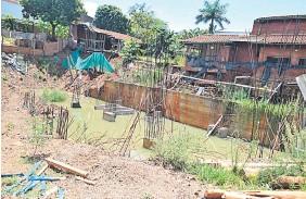 ??  ?? Agua estancada en la construcción parada que se convirtió en un lugar ideal para la reproducción de mosquitos.