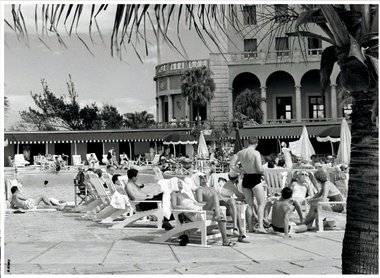 ??  ?? BELOW: Tourists swim and sunbathe at the elegant pool of the Hotel Nacional de Cuba in this image from the 1950s
