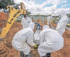 ?? AFP ?? Drama. Aumentó fuerte el número de muertos por coronavirus.
