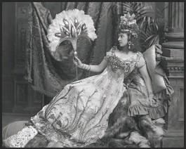 """?? Photo noir et blanc, """"Mrs Algernon Bourke costumée en Salammbô"""", tableau vivant à Blenheim Palace, 1897. © Londres, Victoria&Albert Museum. ?? """"Salammbô, Fureur! Passion! Éléphants!"""", du 23 avril au 19 septembre au musée des Beaux-Arts de Rouen."""