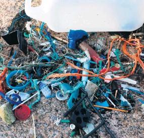 ?? ?? På en cirka en kvadratmeter stor yta samlade Bohusläningens reporter ihop 178 plastbitar– rör, snören, korkar och små nedbrutna bitar av förpackningar.