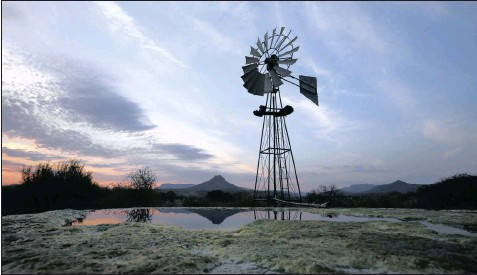 ?? PHOTO: REUTERS ?? A windmill pumps water from a borehole near Graaff-Reinet in the Karoo in this file picture. Stretching across the heart of South Africa, the Karoo has stirred emotions for centuries, a stunning semi-desert wilderness, fit mainly for artists, hunters...