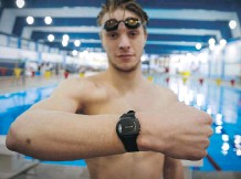 ?? THE CANADIAN PRESS ?? University of Calgary Dinos swimmer Rob Hill wears a body-fixed sensor on his wrist that will analyze his performance.