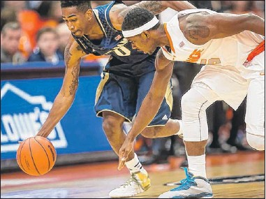 ??   GETTY IMAGES ?? Eric Atkins dribbles away with a loose ball as C.J. Fair of Syracuse tries to keep up on Monday.
