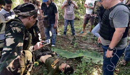 ?? ALFONSOAE DAMALERIO —PHOTO COURTESY OF PROVINCIAL ADMINISTRATOR ?? The body of Abu Sayyaf leader Joselito Melloria lies on the ground after a clash with government forces in Barangay Bacani, Clarin, Bohol on Saturday.