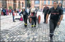 ??  ?? très fiers de faire un exercice avec les Sapeurs Pompiers :: ici avec le Capitaine B. Chauderon chef de centre de castelsarrasin et le Commandant I. Alquier félicitation à la pharmacienne I. Alquier pour sa nomination en tant que Comandant )