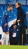 ?? Foto: dpa ?? Gut gemacht: Chelsea‰Trainer Thomas Tuchel (rechts) klatscht den Torschützen Timo Werner ab.