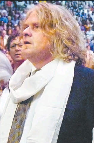 ?? STUART DAVIS/VANCOUVER SUN FILES ?? John Lefebvre is pictured in the front row at a Sept. 9, 2006 event at GM Place featuring the Dalai Lama. Lefebvre is wearing a white scar f, called a kata, that the Dalai Lama bestows upon those he meets in person in a traditional Tibetan farewell.