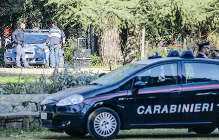 ??  ?? I carabinieri durante i controlli interforze alle Cascine di giovedì